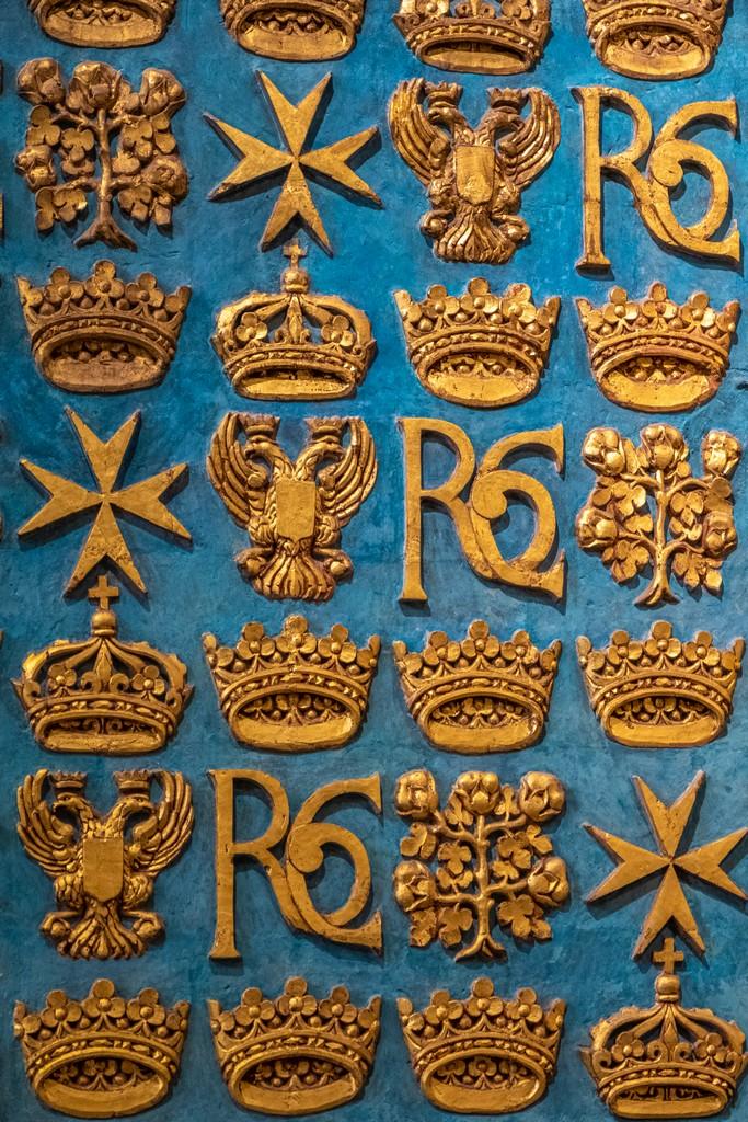 decori in oro con pareti azzurre