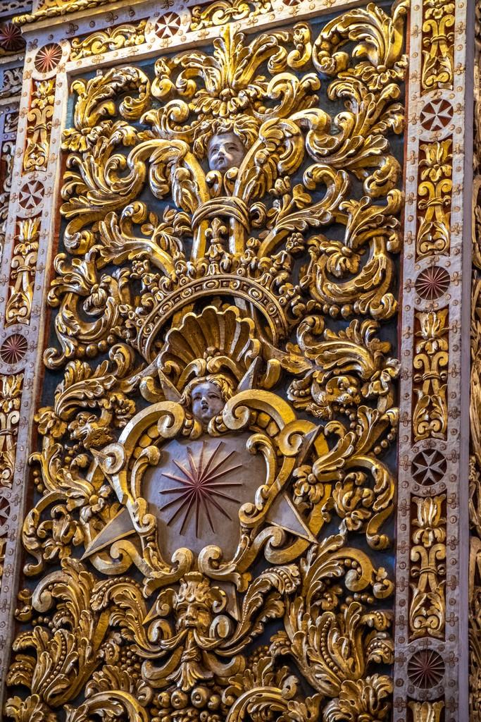 particolare dei decori in oro