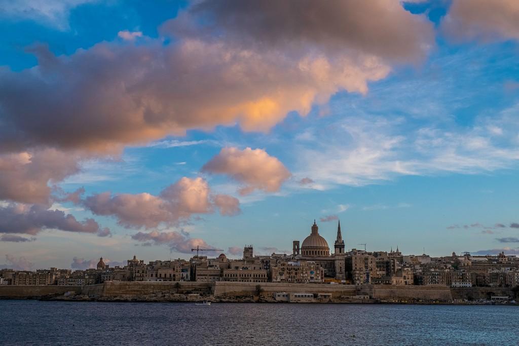 panorama della città con nuvole rosa