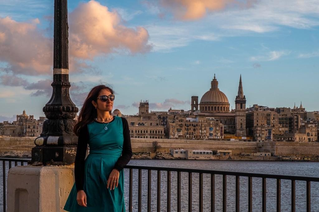 donna con città sullo sfondo
