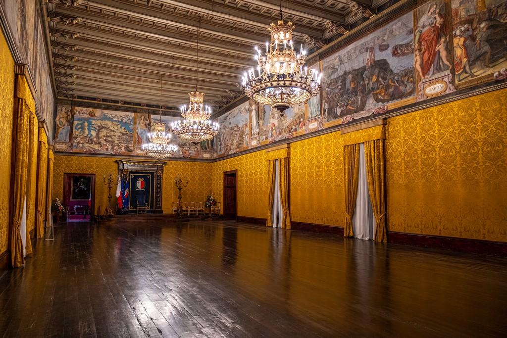 interno con pareti gialle di sala ufficiale