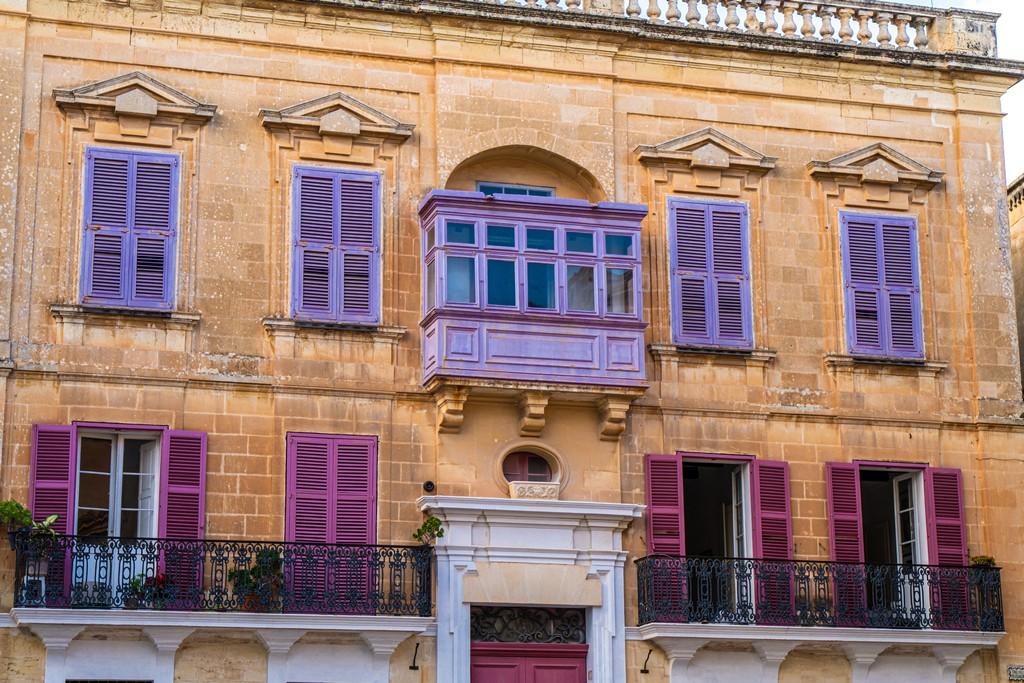Visita a Mdina finestre colorate su facciata miele