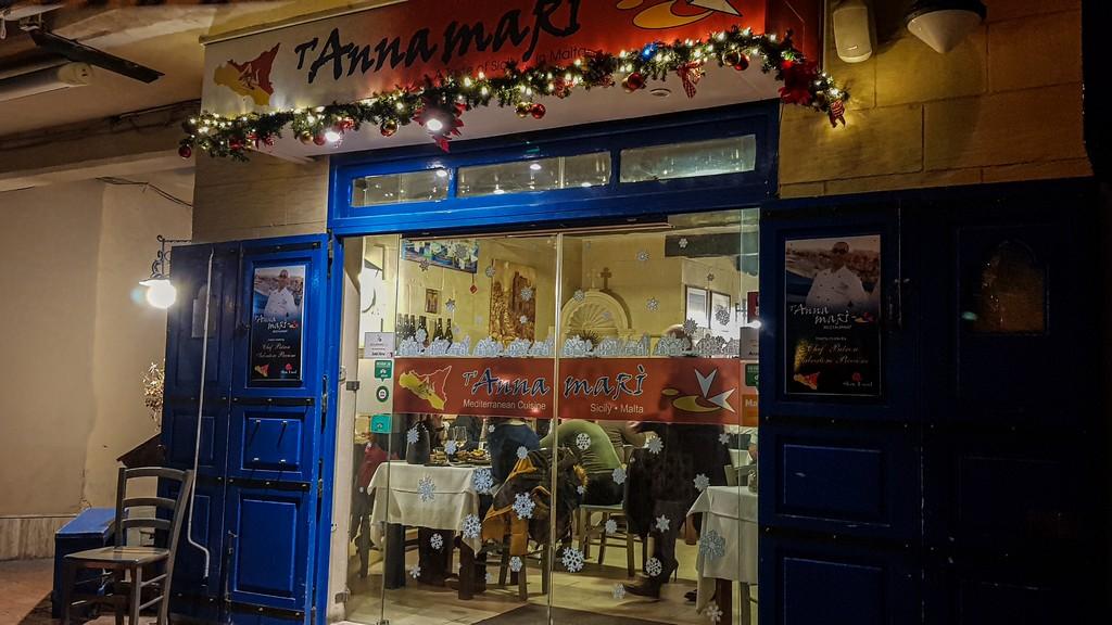 Dove mangiare pesce fresco a Marsaxlokk vetrina di un ristorante visto da fuori