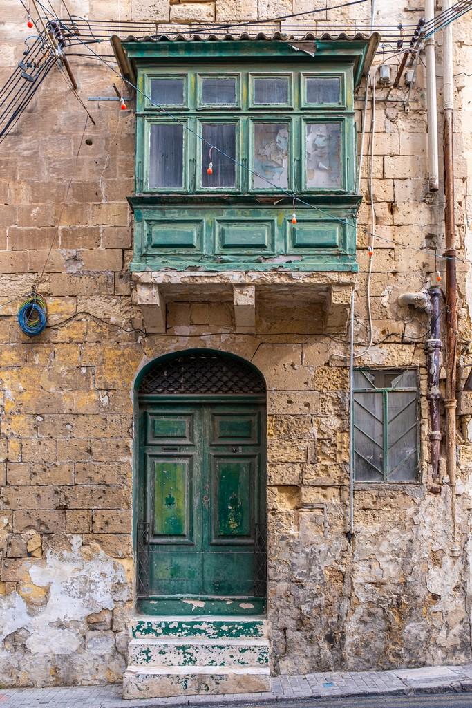 vista frontale di porta e balcone antichi