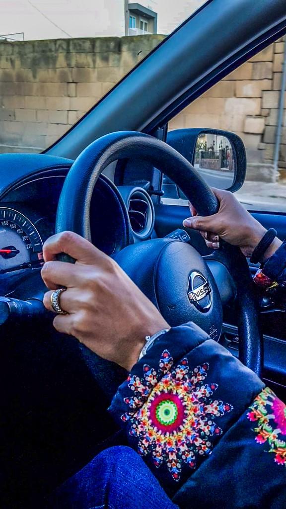 mani sul volante a destra dell'auto guidare a malta