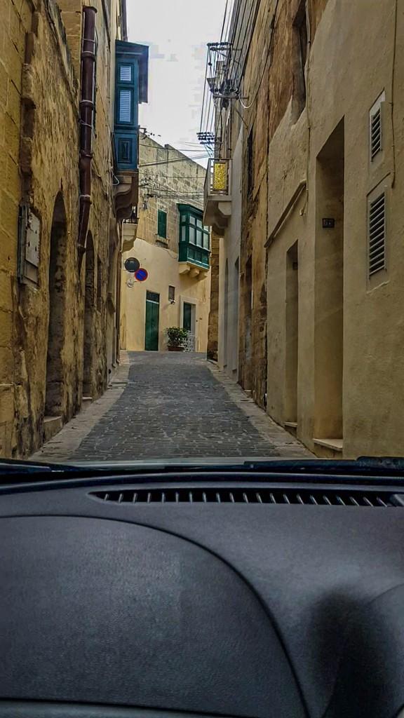 strada stretta a malta guidare a malta