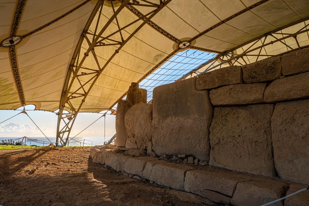 i templi megalitici di Malta tempio neolitico con vista mare