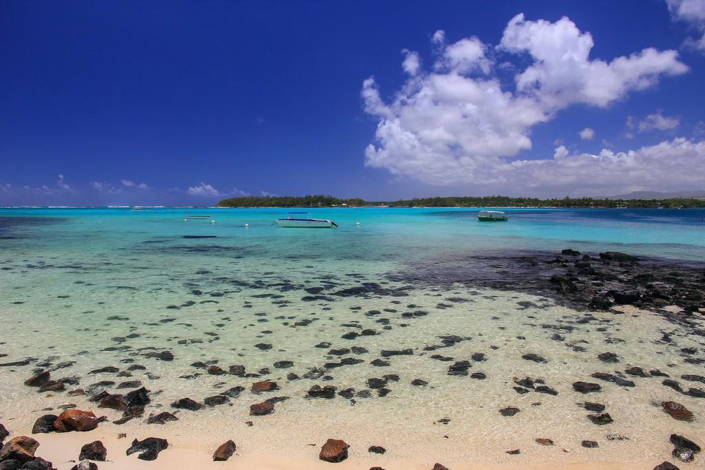 spiaggia con mare azzurro e nuvole