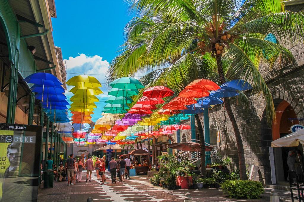 ombrellini colorati sospesi
