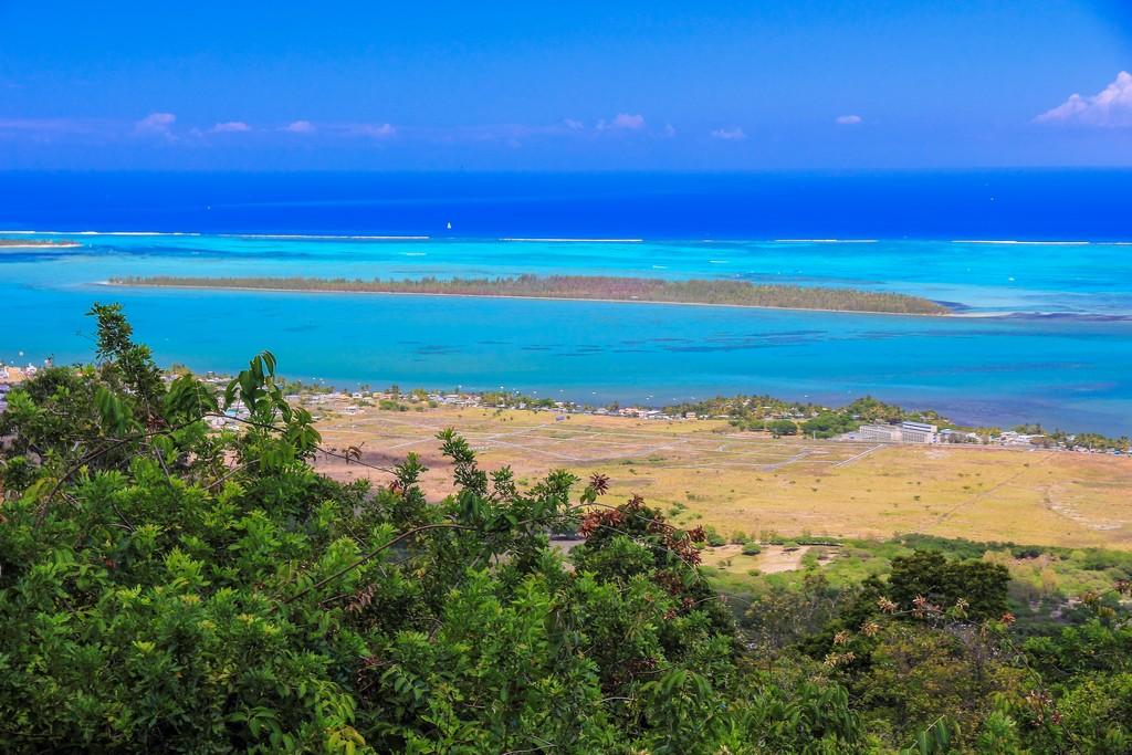 isola visibile al largo della costa