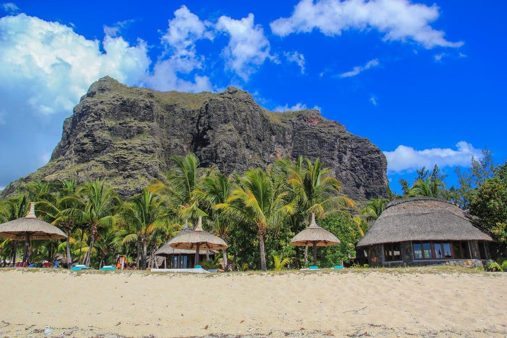 montagna dietro la spiaggia