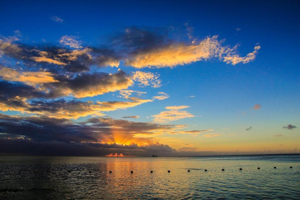 tramonto infuocato sul mare con nuvole