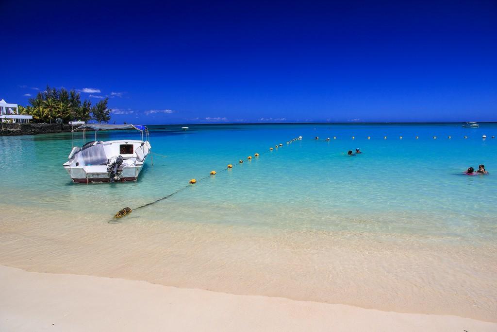 motoscafo sulla riva con mare azzurrino