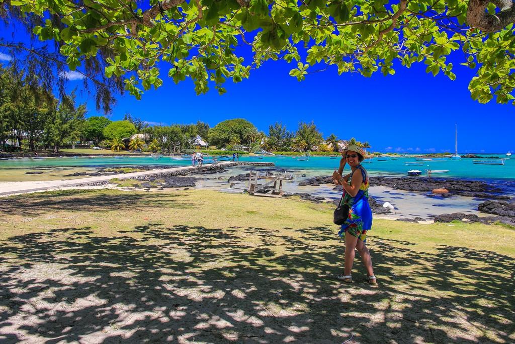 donna davanti al mare sotto albero