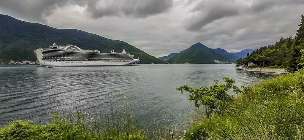 Visita alle Bocche di Cattaro Nave da crociera nel fiordo. La profondità del fiordo è fra 50 e 60 metri.