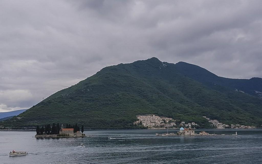 vista del fiordo delle bocche di cattaro con isola interna