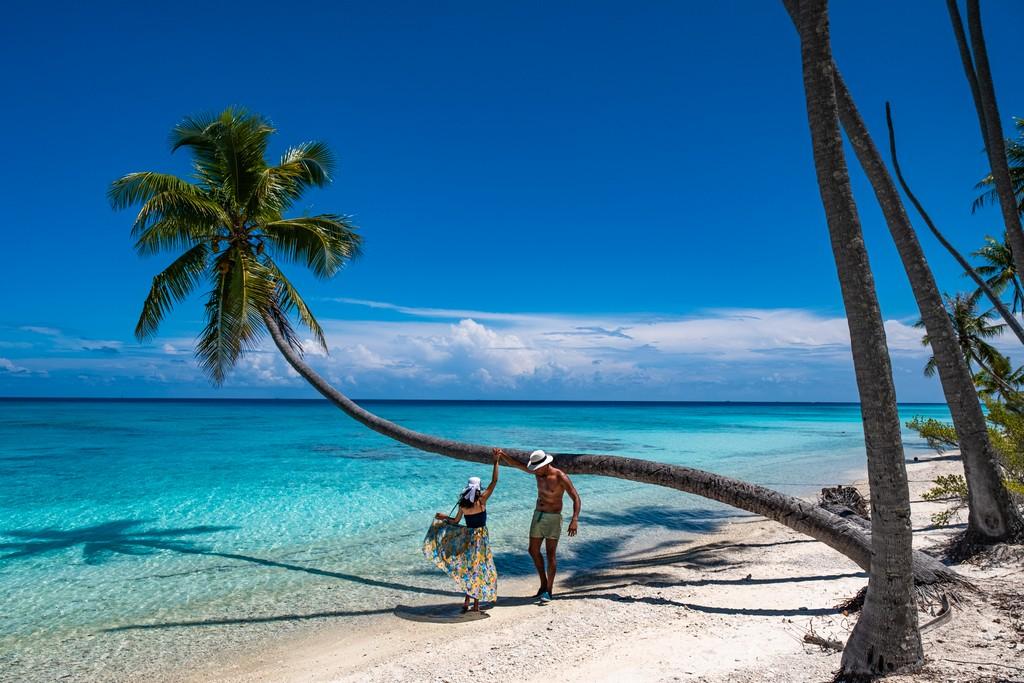 dove scattare foto da sogno a Fakarava coppia balla sulla spiaggia