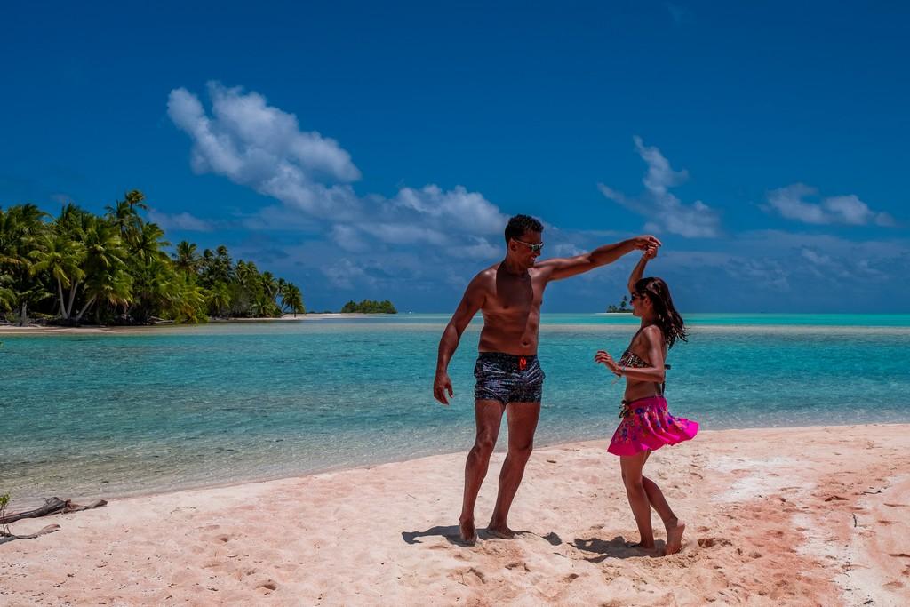 Escursione alle Sables Roses di Fakarava coppia gira in spiaggia