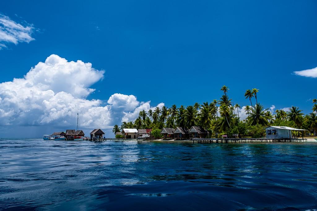 vista di bungalow sulla spiaggia e palme