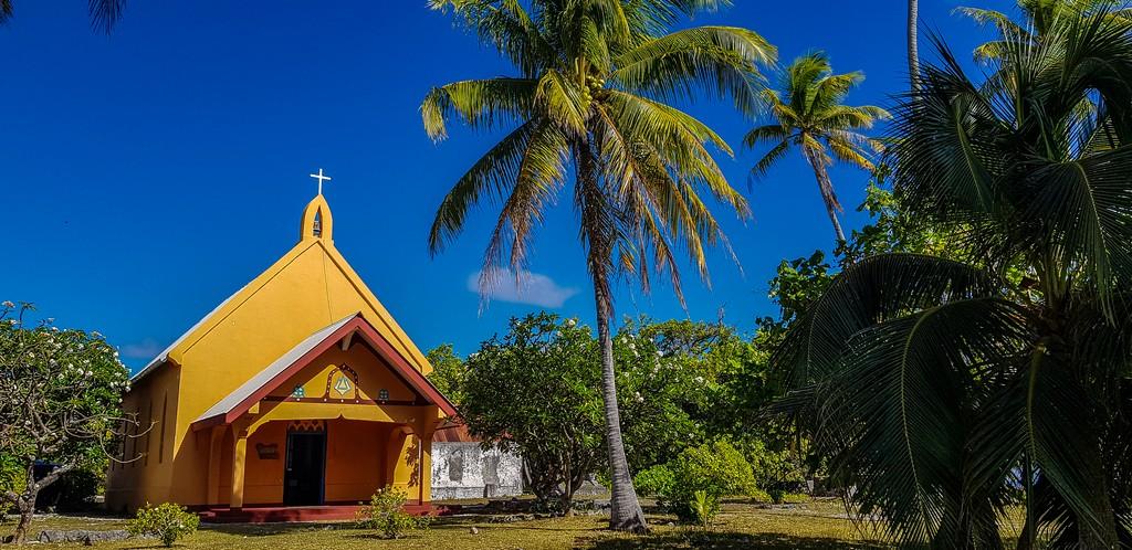 guida a Fakarava fai da te chiesa gialla in corallo con palma