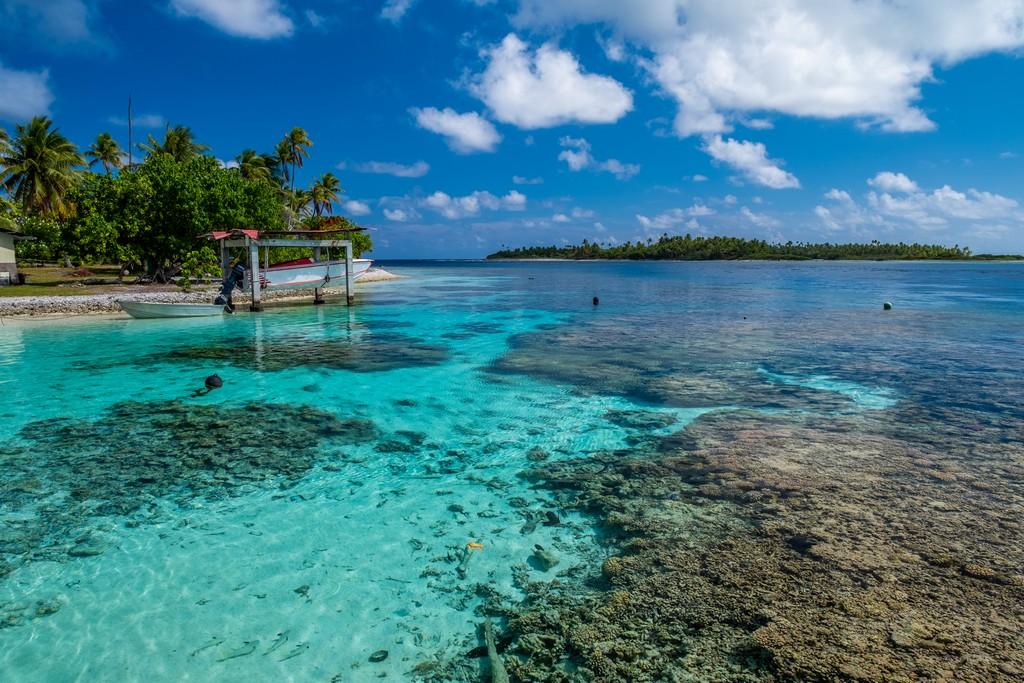 guida a Fakarava fai da te spiaggetta con barriera corallina e barca