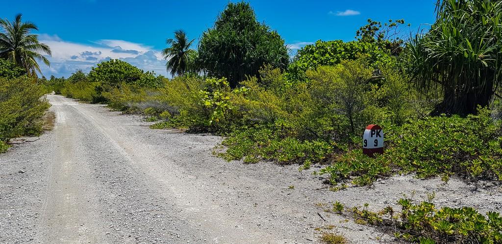dove scattare foto da sogno a Fakarava sentiero sterrato con punto chilometrico