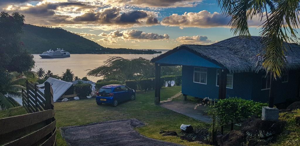 guida a Moorea bungalow con mare sullo sfondo