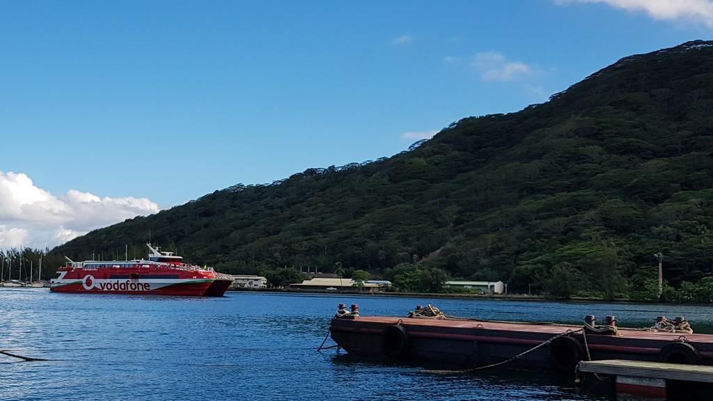 traghetto entra in porto