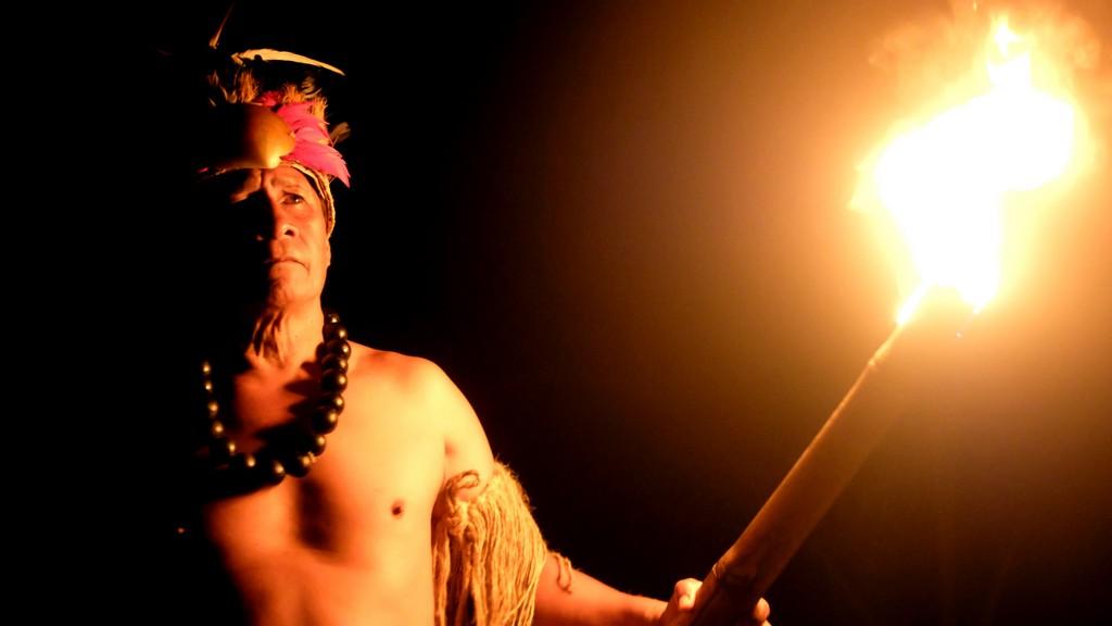 ballerini di danza tahitiana con torcia
