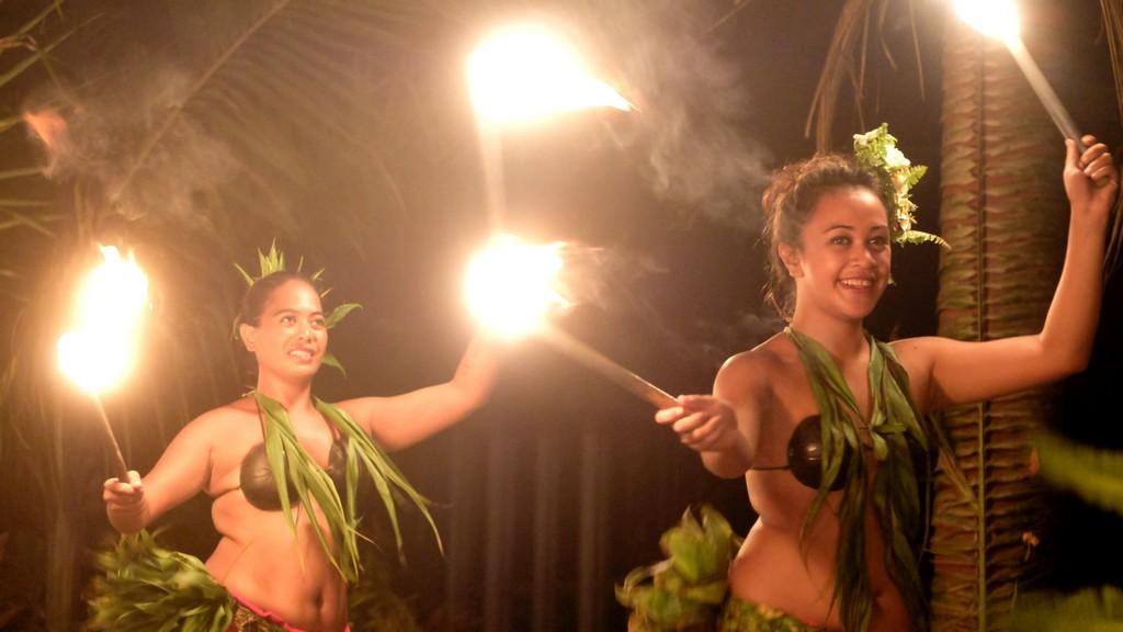 ballerini di danza tahitiana con torce
