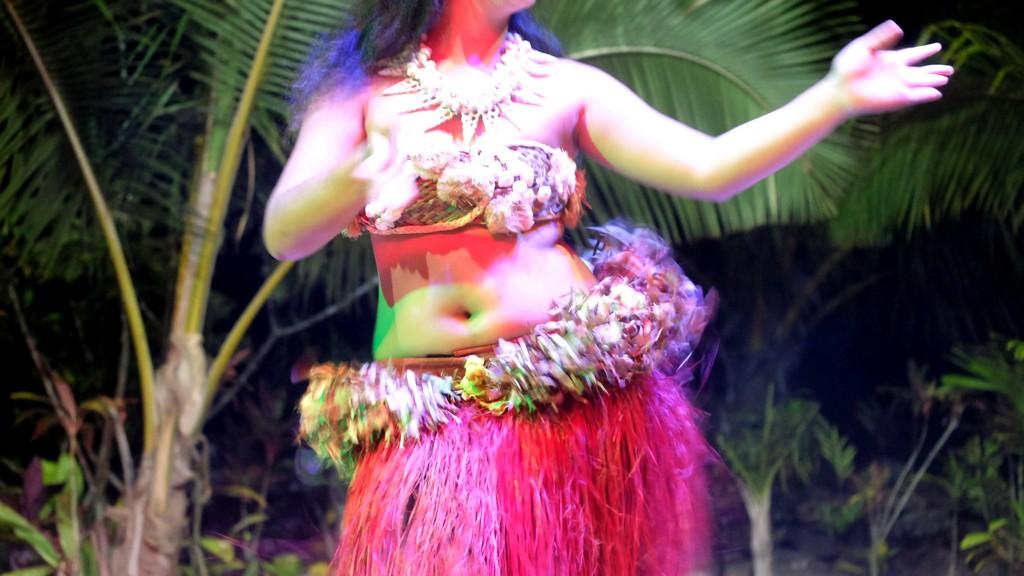 ballerina di danza tahitiana in movimento