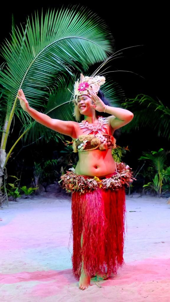 ballerina di danza tahitiana che danza