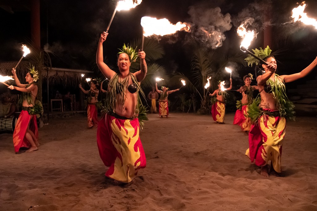 ballerine di danza tahitiana con torce accese