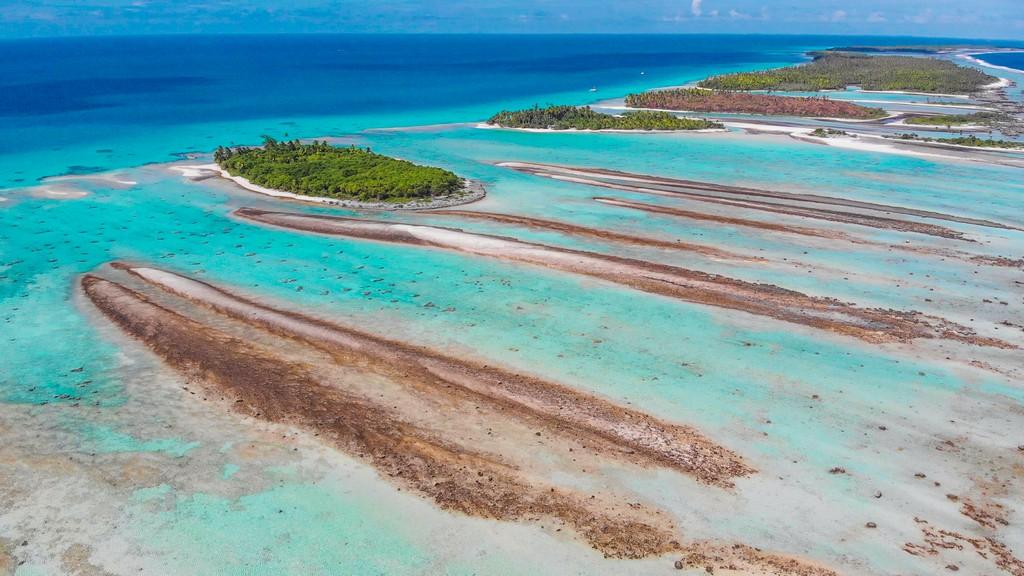 vista aerea dei motu dell'atollo di rangiroa