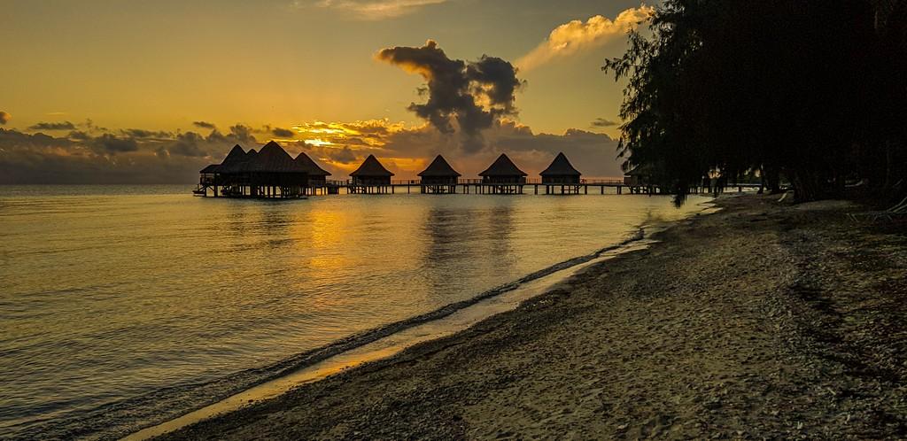 tramonto sui bungalow overwater