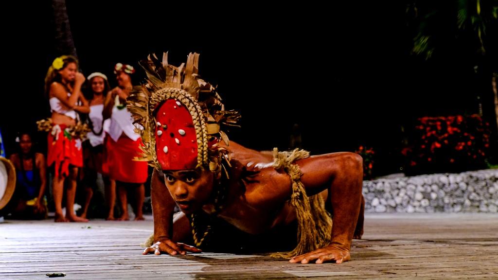 ballerino di danza tribale che striscia a terra