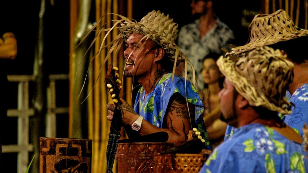 gruppo musicale di danza tahitiana con strumenti