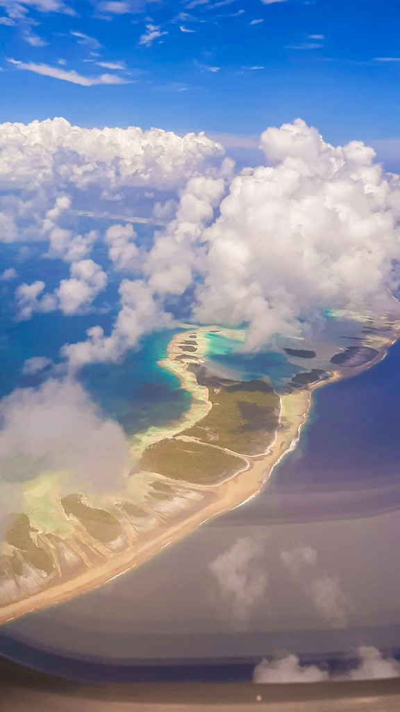 guida a Rangiroa, vista aerea di una laguna nella laguna con nuvole