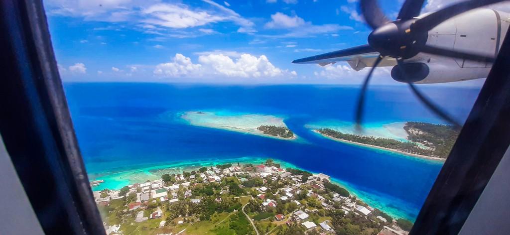atollo visto dal finestrino di un aereo guida a Rangiroa