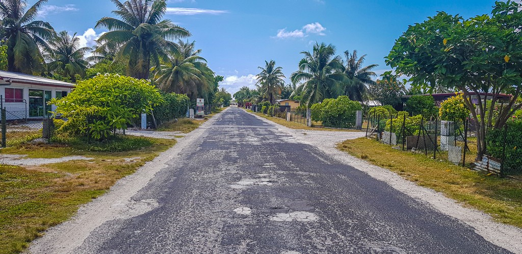 guida a Rangiroa, strada pianeggiante in paese tropicale