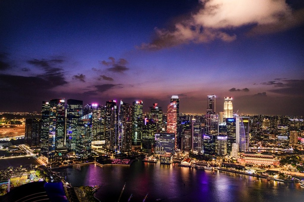 vista serale dei grattacieli illuminati con nuvola