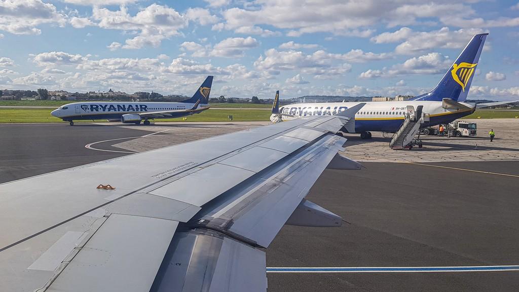 aerei in pista in aeroporto