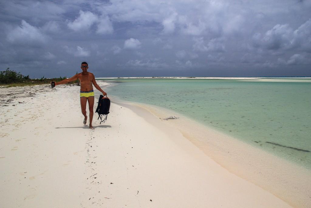 persona in spiaggia di sabbia bianca con mare turchese