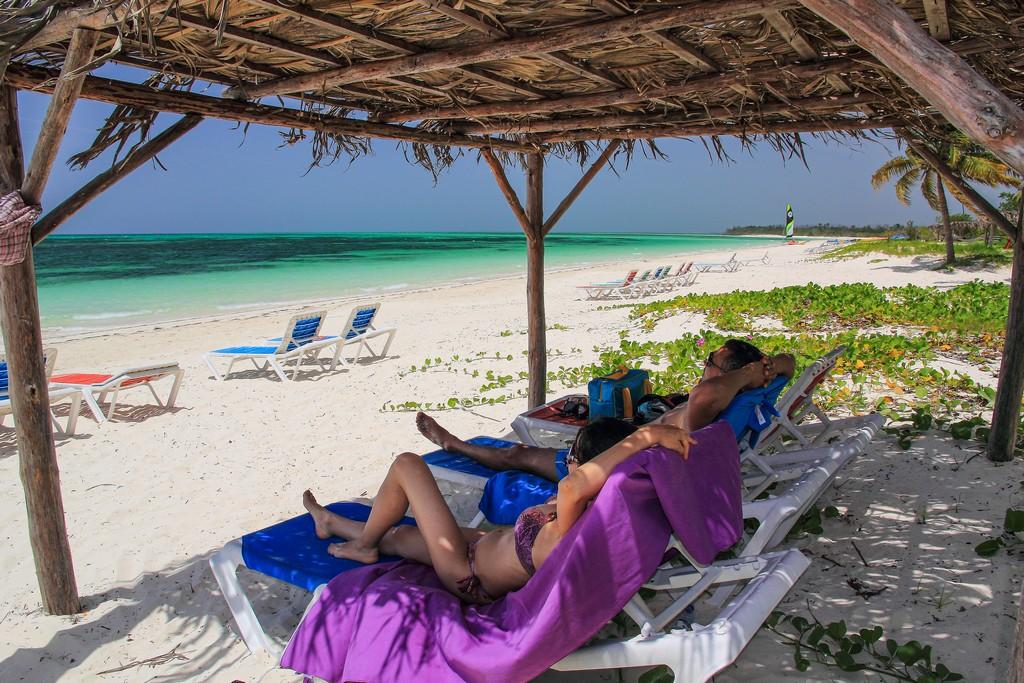 coppia in spiaggia di sabbia bianca con mare turchese