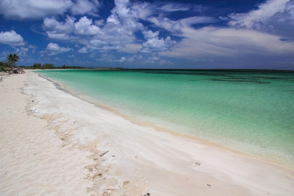 spiaggia di sabbia bianca con mare turchese