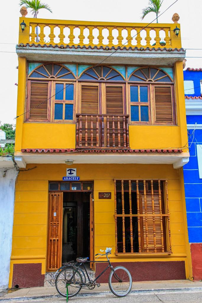 facciata di casa particular con bicicletta