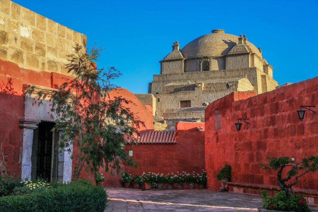 Guida ad Arequipa vicolo colorato con chiesa