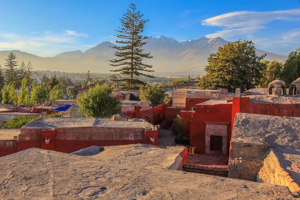 Guida ad Arequipa Salendo su una scalinata vicino alla fontana si arriva a questo belvedere sui vulcani e i tetti