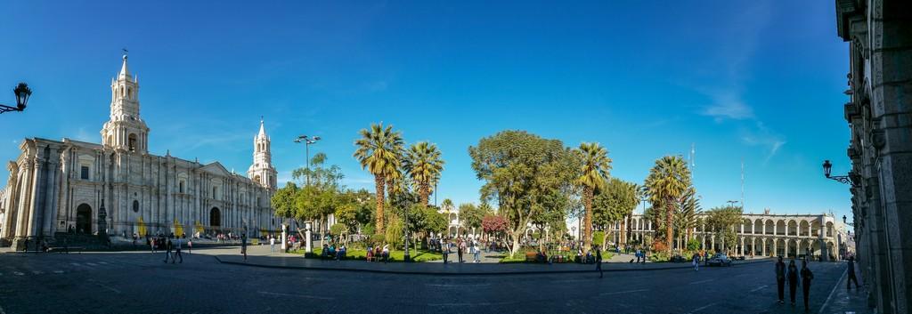 Plaza de Armas con edifici e alberi