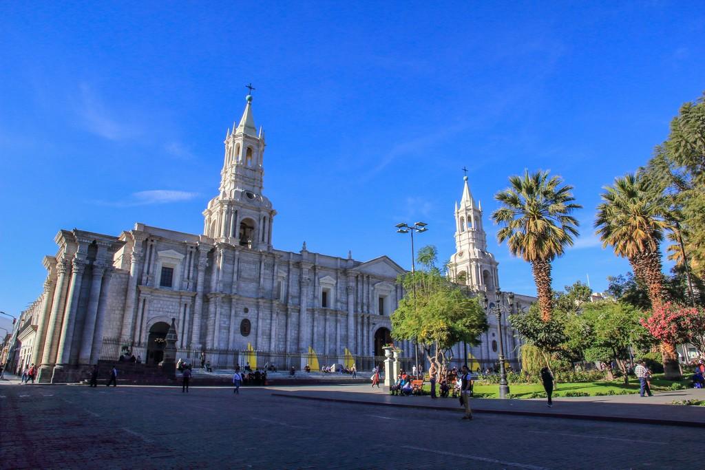 Guida ad Arequipa cattedrale e alberi su cielo azzurro